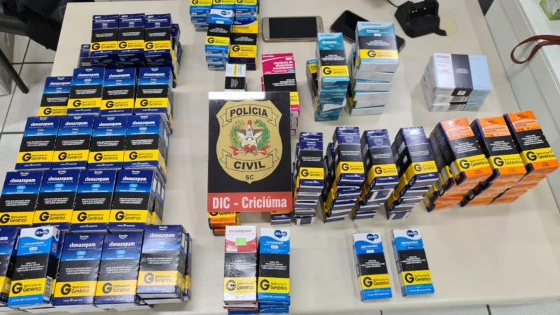 Diversos remédios de 'faixa preta' sem comparação de origem foram apreendidos na farmácia no bairro Santa Luzia em Criciúma – Foto: Polícia Civil/ND