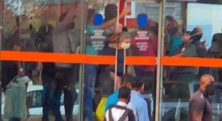 Mulher ficou com a cabeça presa em porta automática de estação nesta segunda (14) – Foto: Reprodução/ redes sociais