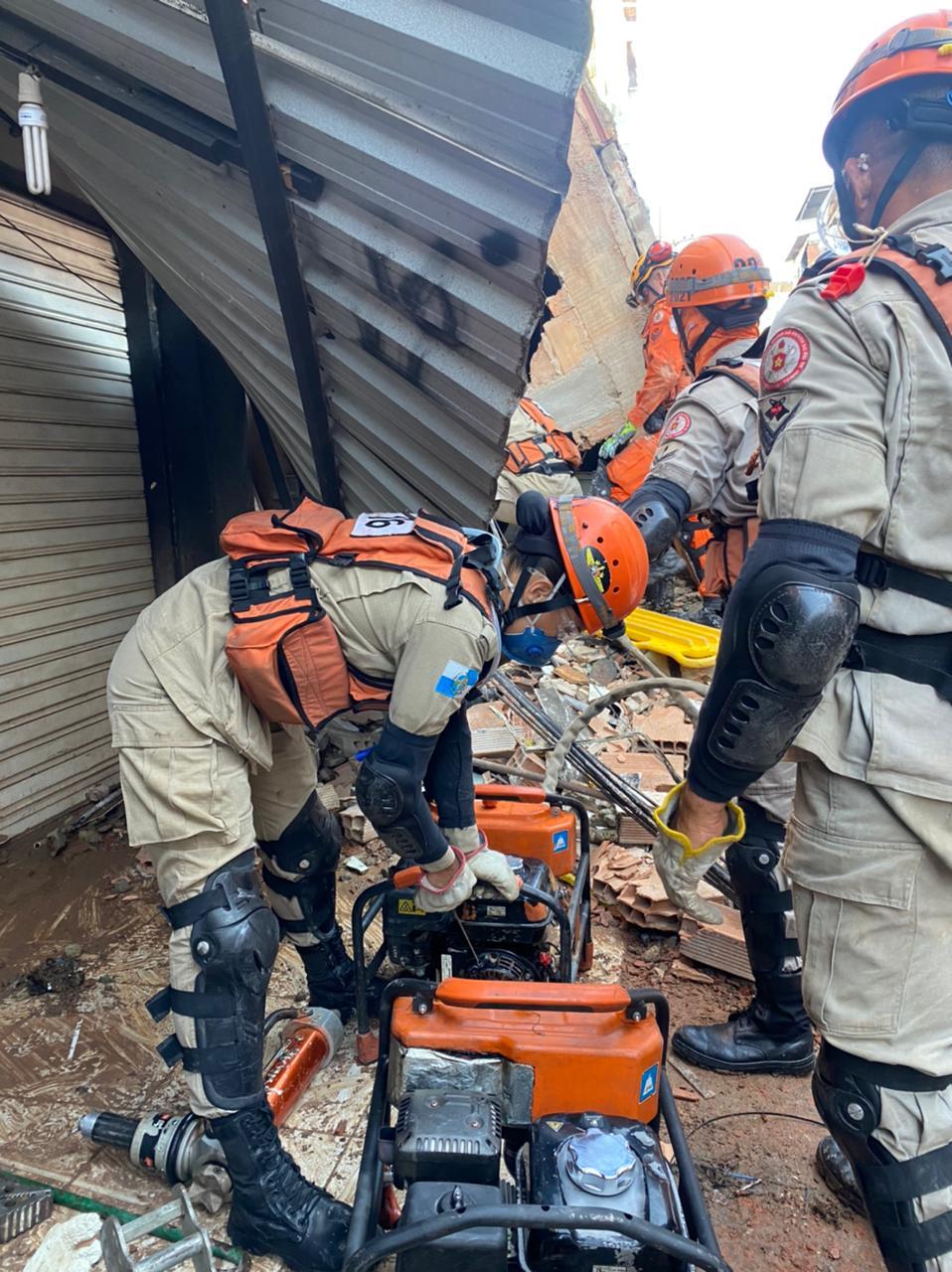 O Corpo de Bombeiros vasculha os escombros e tenta resgatar pessoas que ainda estão sob os escombros de um prédio residencial que desabou, nesta quinta-feira (3) - CBMR/Divulgação/ND