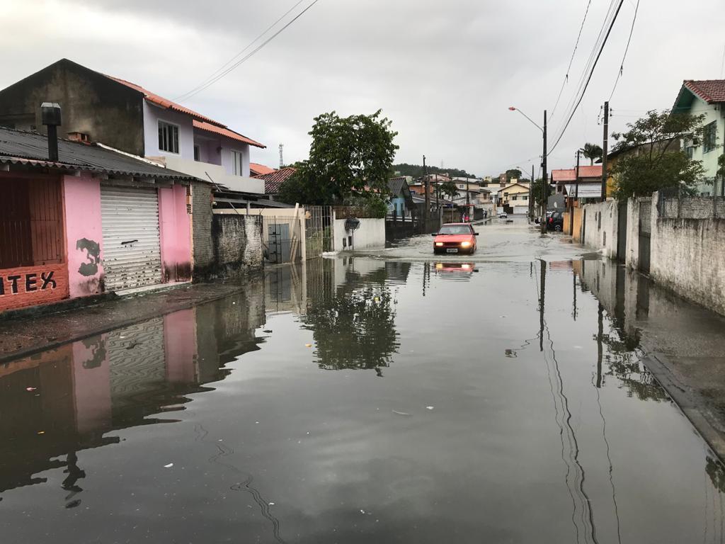 Rua das Esmeraldas no bairro Flor de Nápolis em São José nesta quarta-feira - Eduardo Cristófoli/NDTV