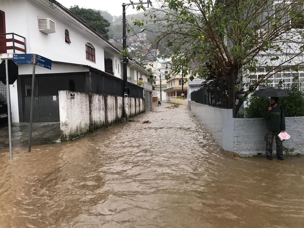 Rua Major Costa ficou completamente alagada nesta quinta-feira - Léo Munhoz/ND