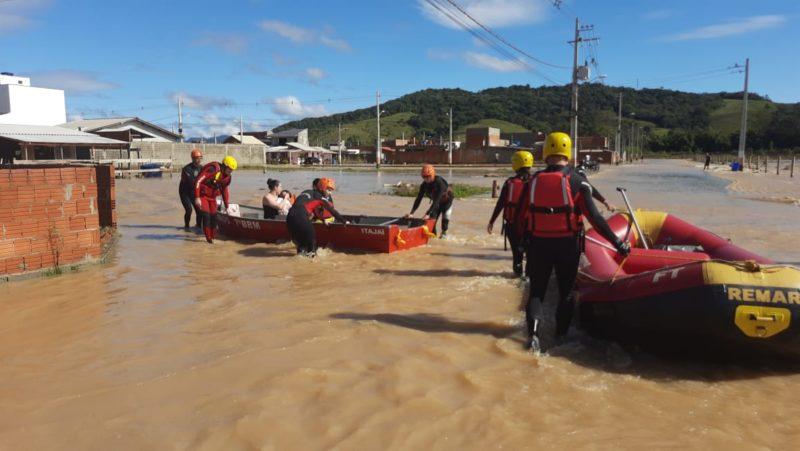 """Ruas alagadas pela chuva: cena """"padrão"""" durante esta quarta-feira – Foto: CBMSC/Divulgação"""