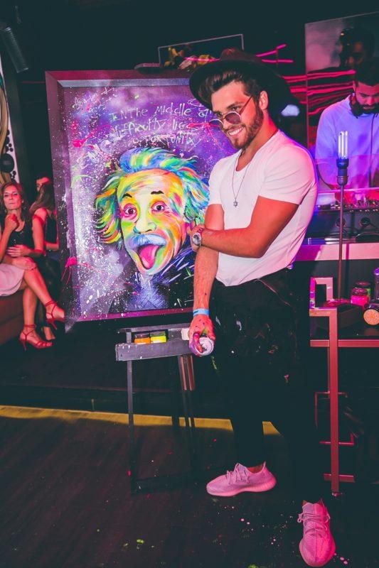 Finalizando uma das obras expostas no Art's Gastronomia e Música, em 2020 – Foto: Divulgação/ND
