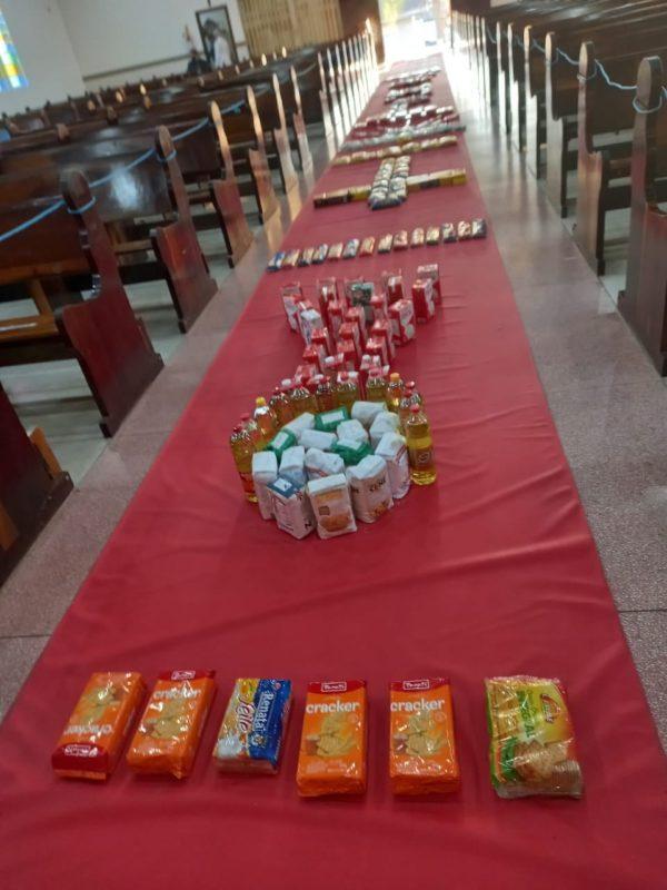 Os alimentos ocuparam todo o corredor da igreja e serão doados para famílias que precisam – Foto: Divulgação/ND