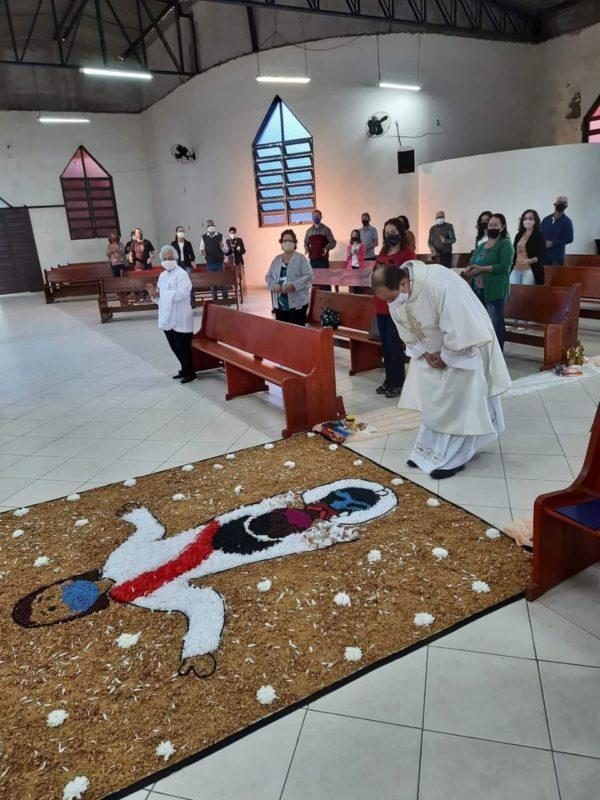 Também houve o tapete tradicional na igreja, com a figura de Jesus e outros desenhos – Foto: Divulgação/ND