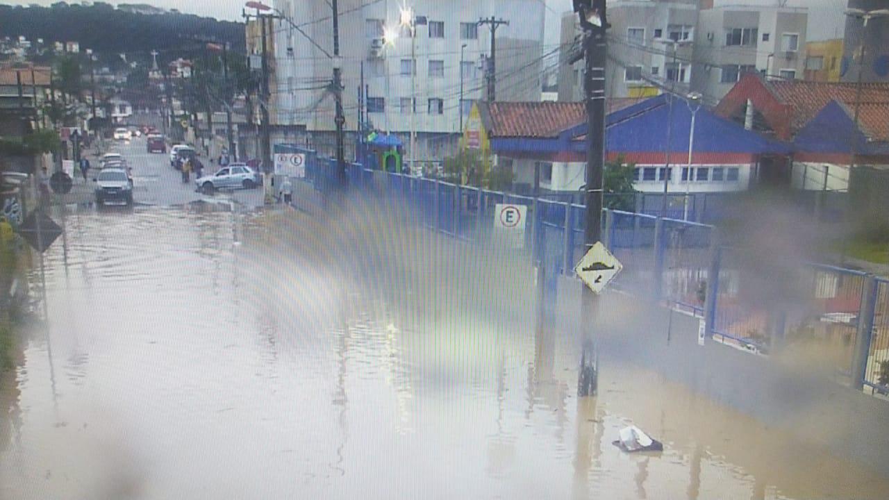 Acúmulo de água na pista impede passagem de veículos - Prefeitura de São José/Divulgação/ND