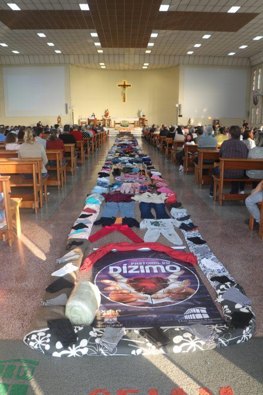 A paróquia também usou roupas para fazer o tapete no corredor da igreja. Todas elas serão doadas a famílias da comunidade – Foto: Divulgação/ND