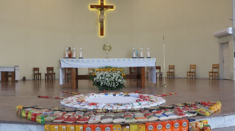 Na Paróquia São Judas Tadeu, em Jaraguá do Sul, o altar ficou repleto de alimentos durante a missa de Corpus Christi – Foto: Divulgação/ND