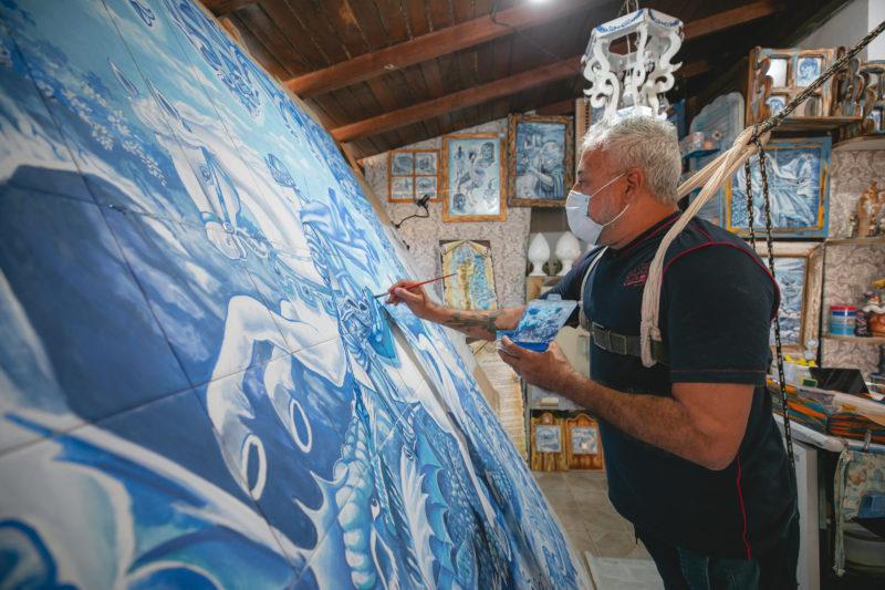 Pintura em azulejo, seguindo a tradição portuguesa – Foto: José Somensi Fotografia/ND