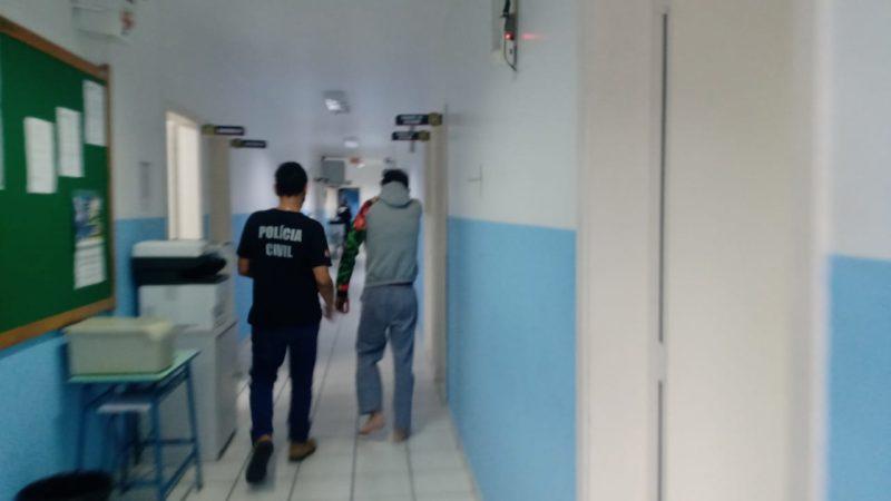 Ubiratan Luis Modrock após o depoimento sendo conduzido por um policial civil, na Delegacia de Polícia de Jaraguá do Sul – Foto: Gabriel Junior/Divulgação ND