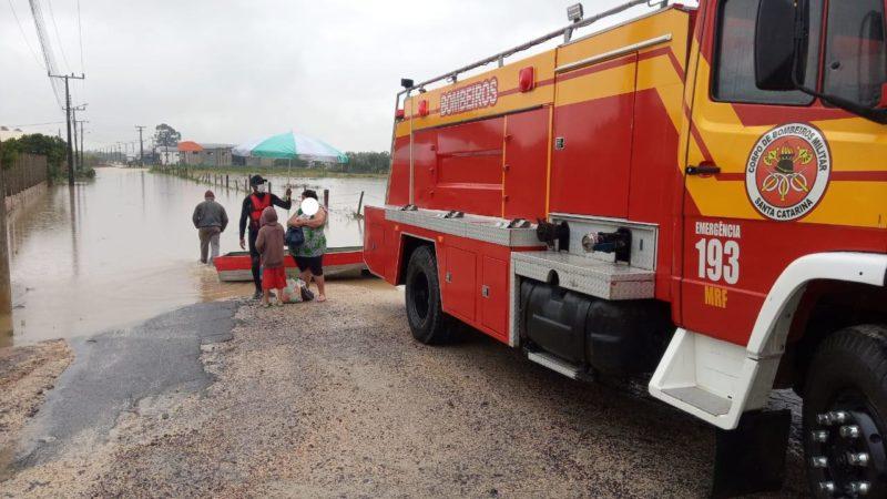 Avó e neto foram resgatados de residência que estava inundando pelo Corpo de Bombeiros em Morro da Fumaça – Foto: Corpo de Bombeiros/ND