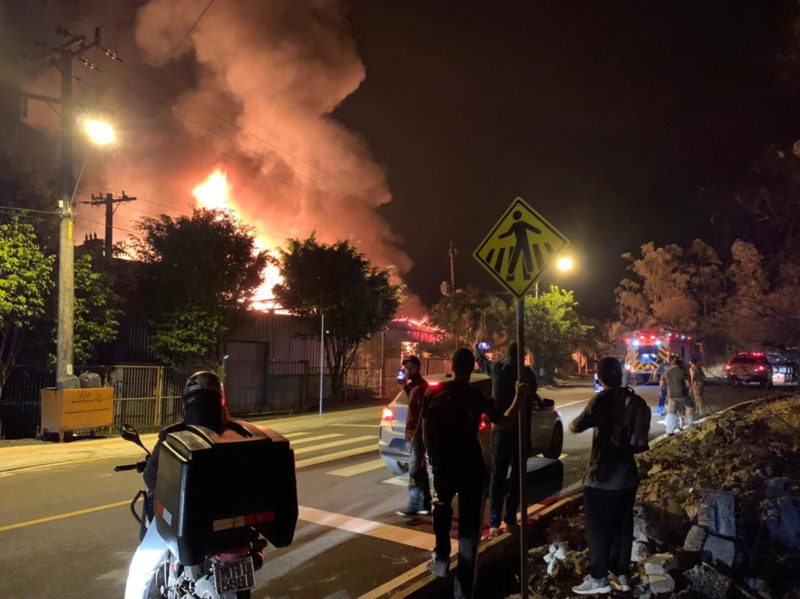 Incêndio de grandes proporções em Criciúma, Sul do Estado – Foto: Talita Grassi/NDTV