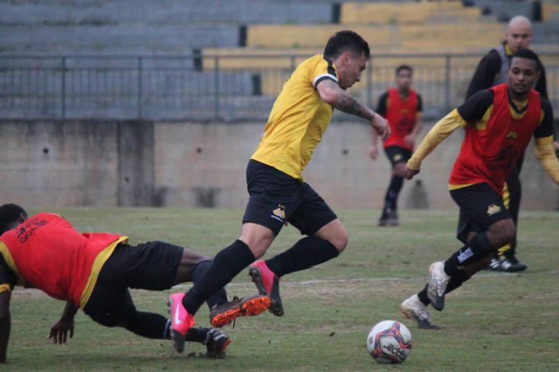 Jogo-treino foi vencido pelos profissionais por 1 a 0 no CT Antenor Angeloni – Foto: Celso da Luz/CriciúmaEC/ND