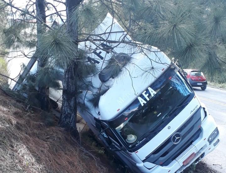 Caminhão tombou na tarde deste domingo (20) – Foto: Reprodução/ND