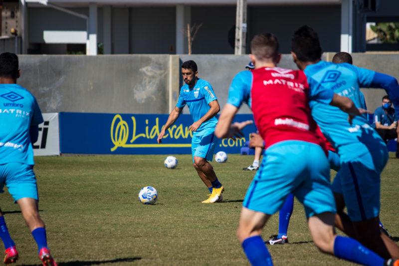 Edilson com a bola durante treino do Avaí