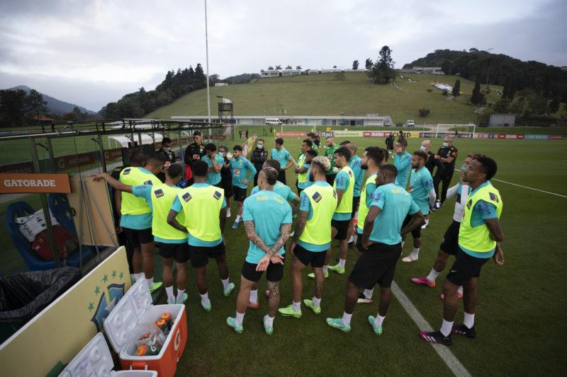 Jogadores da seleção durante treinamento nesta terça-feira – Foto: Lucas Figueiredo/CBF