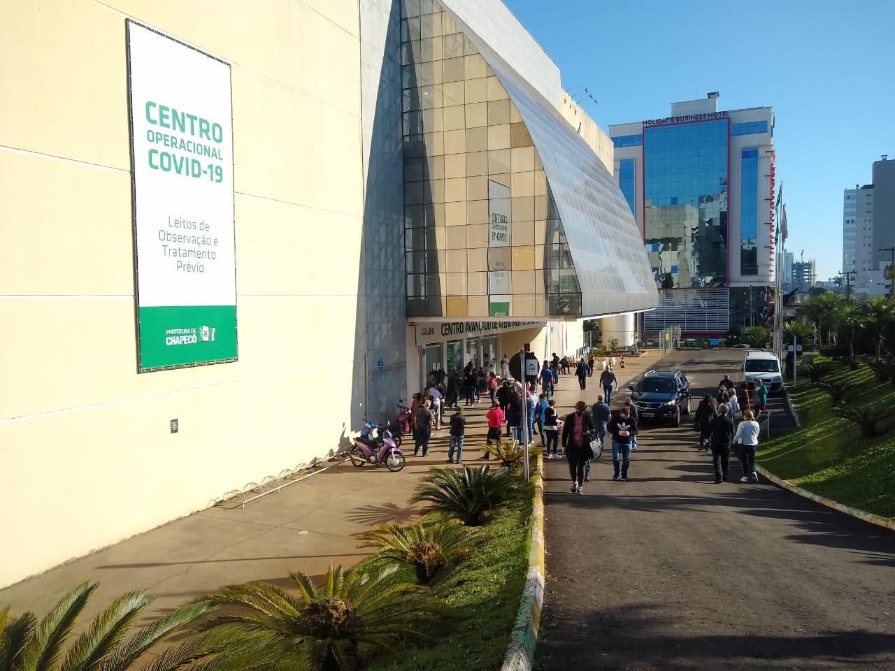Na parte externa do Centro de Evento, fila se formou para receber a vacina contra a Covid - Carolina Debiasi/ND