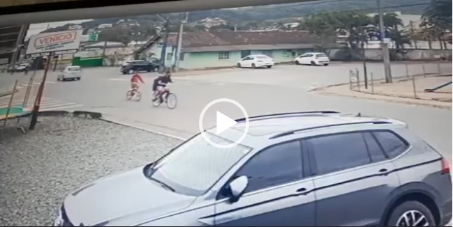 acidente entre carro e ciclistas