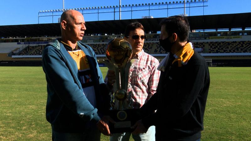Vilmar (E), Itá e Vanderlei reencontram o troféu da Copa do Brasil que ergueram em 1991 – Foto: Reprodução/NDTV