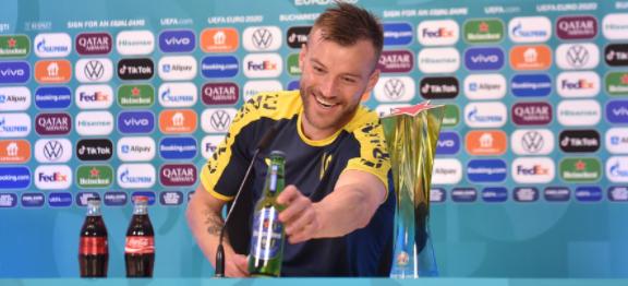 Yarmolenko se ofereceu para patrocinadores – Foto: Reprodução TV Euro