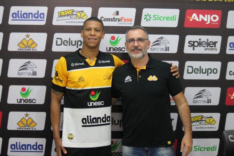 Atacante foi apresentado na tarde desta terça-feira (8) pelo executivo de futebol do Tigre, Juliano Camargo – Foto: Celso da Luz/CriciúmaEC/ND