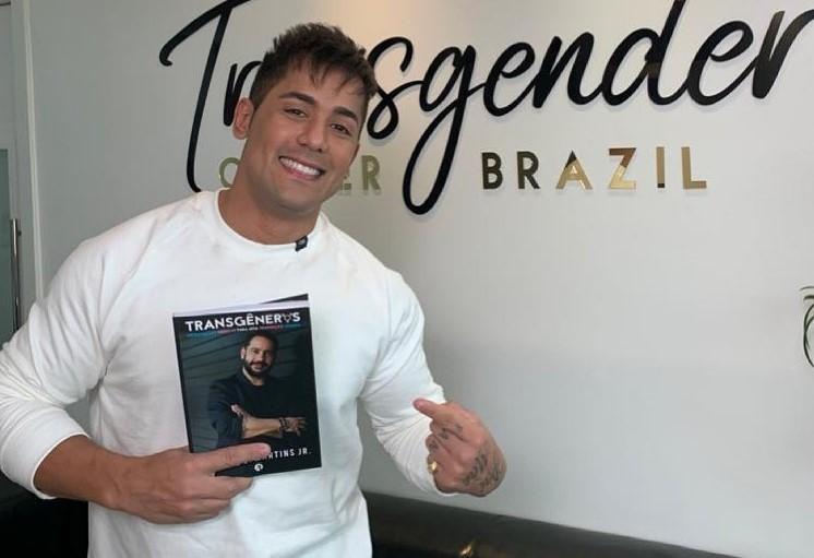 Cantor Tiago passou por faloplastia em Blumenau para aumentar o pênis – Foto: Reprodução/Redes Sociais