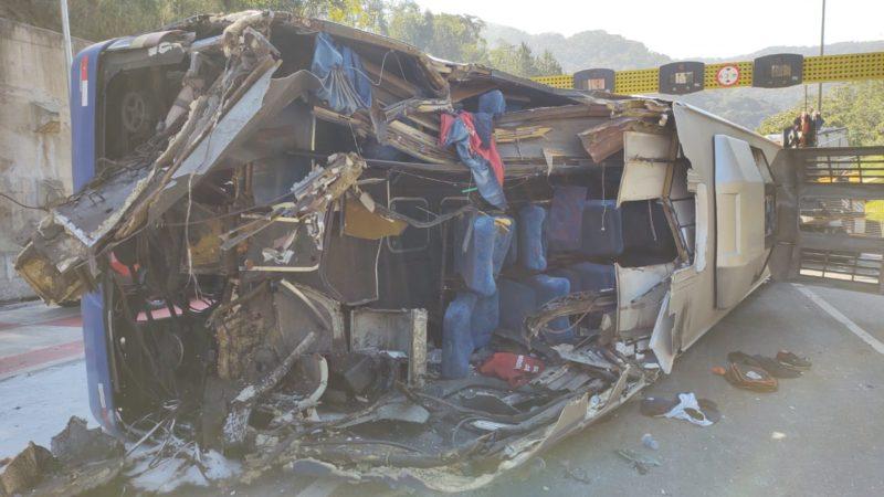 Parte do ônibus foi destruída com o impacto – Foto: Adriano Mendes/NDTV