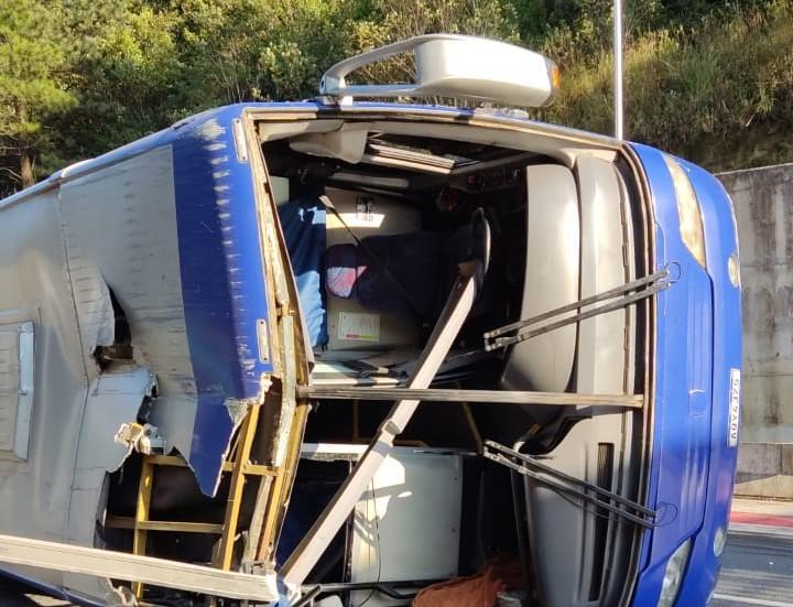 Ônibus tombou no km 667 da rodovia que liga Santa Catarina e Paraná – Foto: Redes Sociais