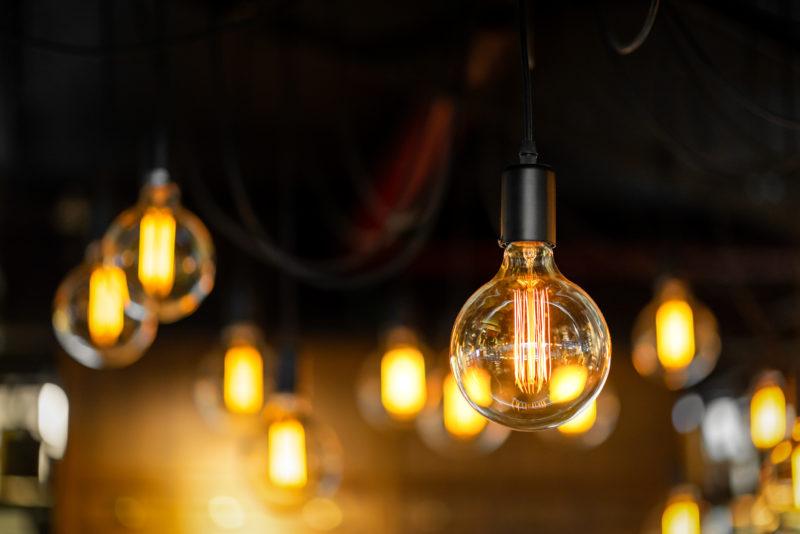 Lâmpadas em LED com filamentos vintage estão em evidência em luminárias – Foto: Bundit Chailaipanich/ND