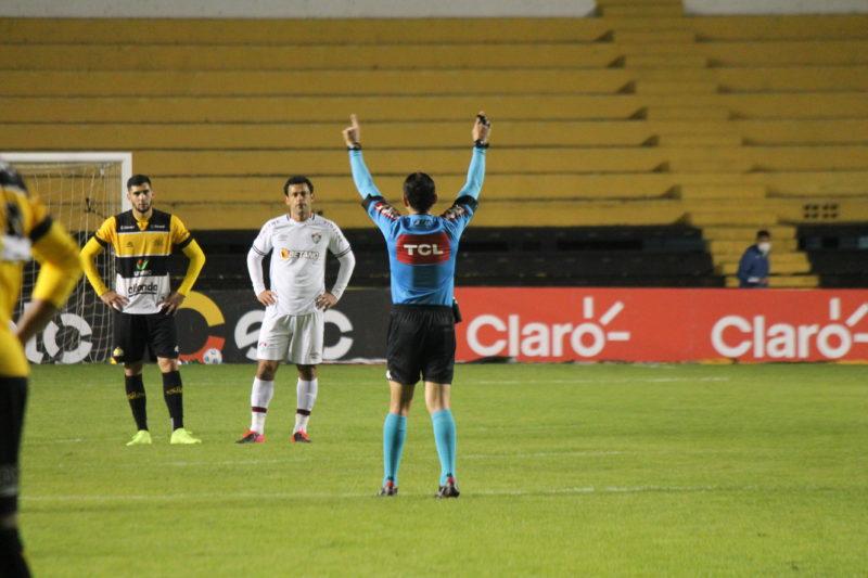 Árbitro Caio Max Augusto Vieira marca pênalti em favor do Criciúma, após consultar o VAR – Foto: Celso da Luz/CriciúmaEC/ND
