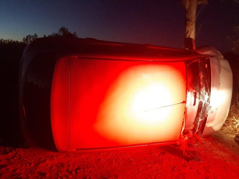 Vítima foi encontrada dentro do veículo capotado já sem vida em São João do Sul no Sul de SC – Foto: Divulgação/SAMU/Corpo de Bombeiros/ND
