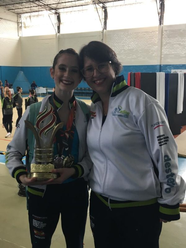 A ginasta Beatriz e a técnica Maria Helena Kraeski