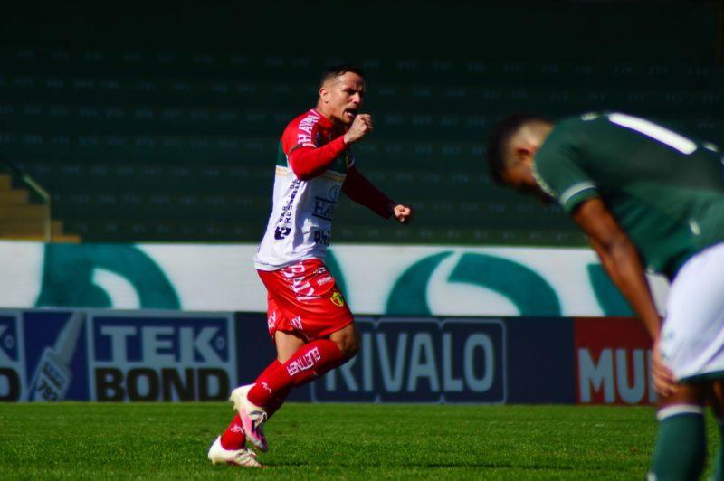 Atacante Edu chegou a marcar, mas não evitou derrota do Brusque – Foto: Fotos: Jefferson Alves/Brusque FC