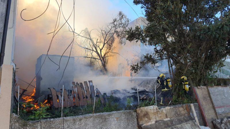 Incêndio em terreno baldio em Florianópolis – Foto: CBMSC/Divulgação/ND