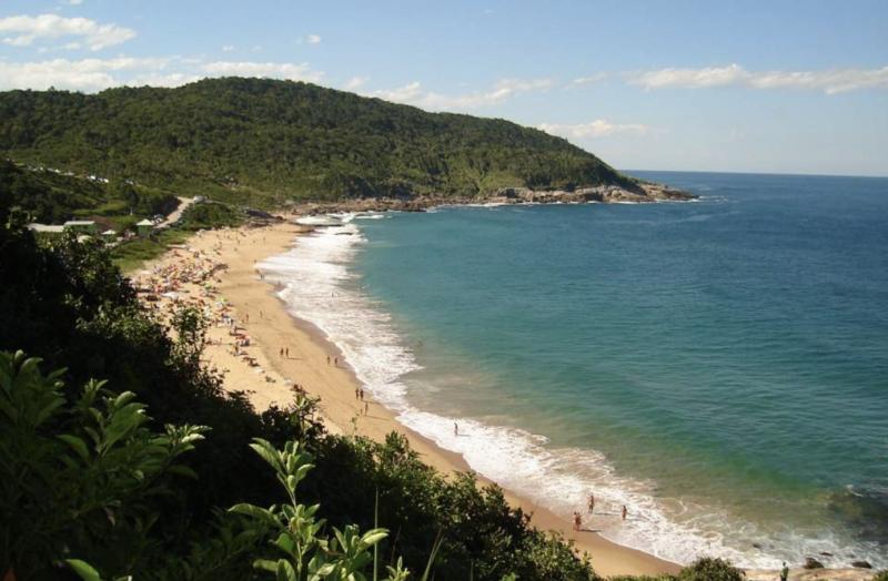 Praia do Pinho, uma das mais badaladas praias de naturismo do Sul – Foto: Reprodução
