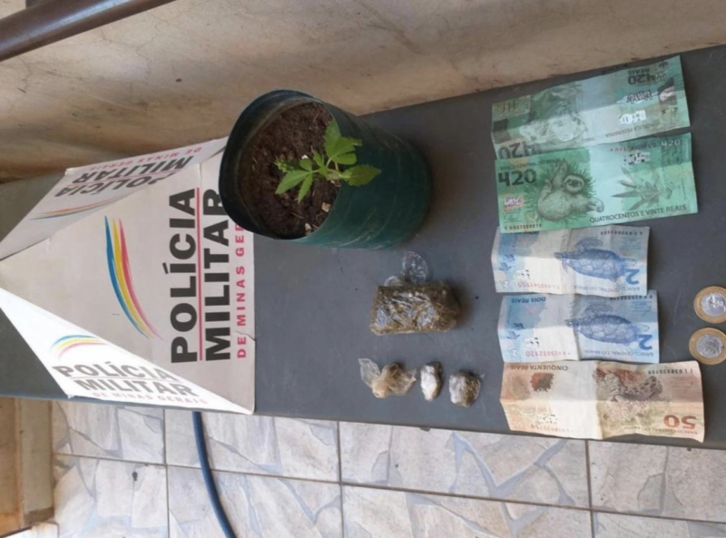 Além do dinheiro, a polícia encontrou alguns apetrechos a mais com o golpista – Foto: Divulgação PM