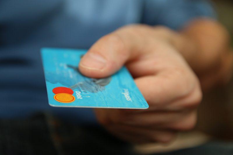 Idoso caiu no golpe da troca de cartão, um dos mais comuns em SC – Foto: Pixabay