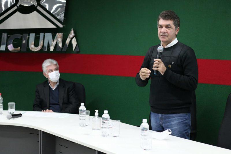 Clésio Salvaro (direira) ouviu do presidente da Associação Empresarial, Moacir Dagostin (esquerda) apelo para que passe a brigar por uma vaga na chapa majoritária estadual. – Foto: Clésio e Moacir