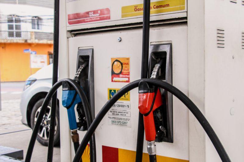 Imagem mostra bomba de gasolina de posto de combustível, sendo branca e com detalhes vermelho e preto