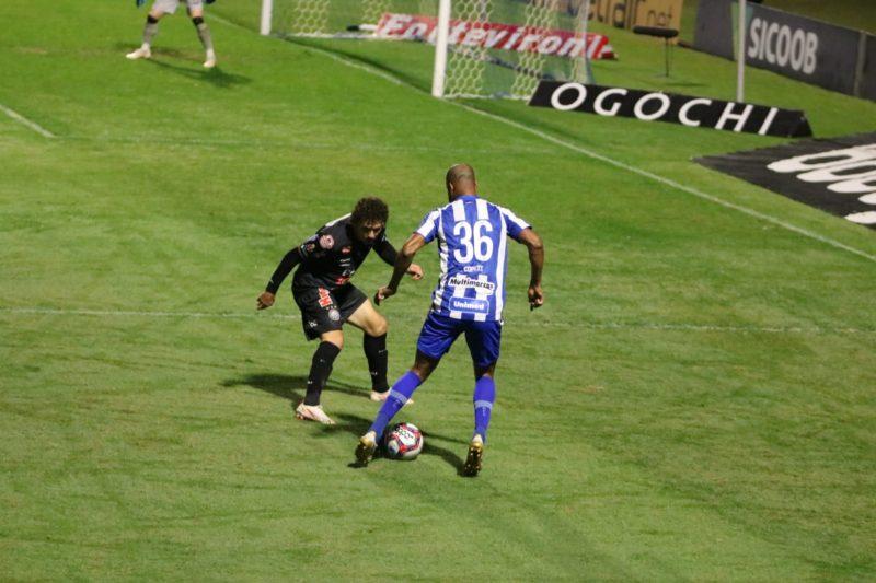 Copete conduz a bola, está de costas e é possível ver o número 36 em sua camisa