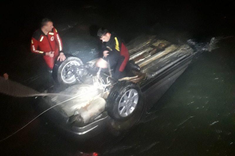 carro sendo retirado do rio pelos bombeiros