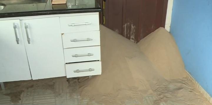 Areia invadiu cozinha da residência – Foto: Jackson Botelho/NDTV