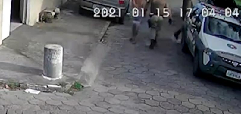 Câmera de segurança registrou o momento em que Diego foi levado pelos policiais – Foto: Reprodução/NDTV RecordTV