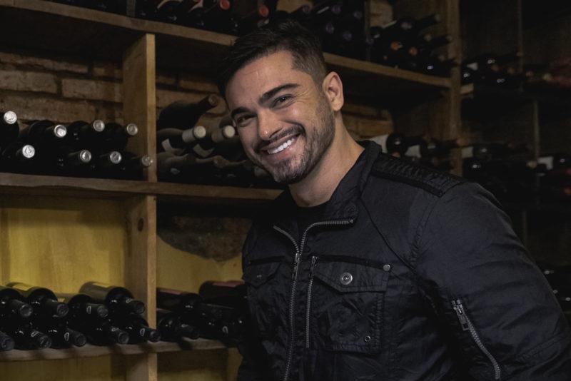 Sidney Sampaio fez questão de escolher um bom vinho serrano para degustar – Foto: José Somensi/Divulgação/ND