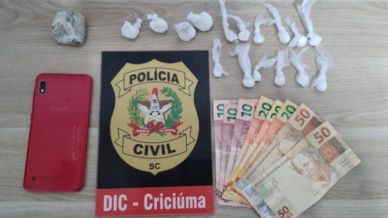 Durante a prisão de um dos suspeitos do assassinato de 23 anos a Polícia Civil apreendeu porções de cocaína, maconha e uma quantia em dinheiro – Foto: Divulgação/DIC/ND