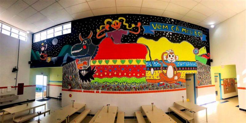 Refeitório tem mural que remete ao Boi de Mamão, do folclore local – Foto: PMF/Divulgação/ND