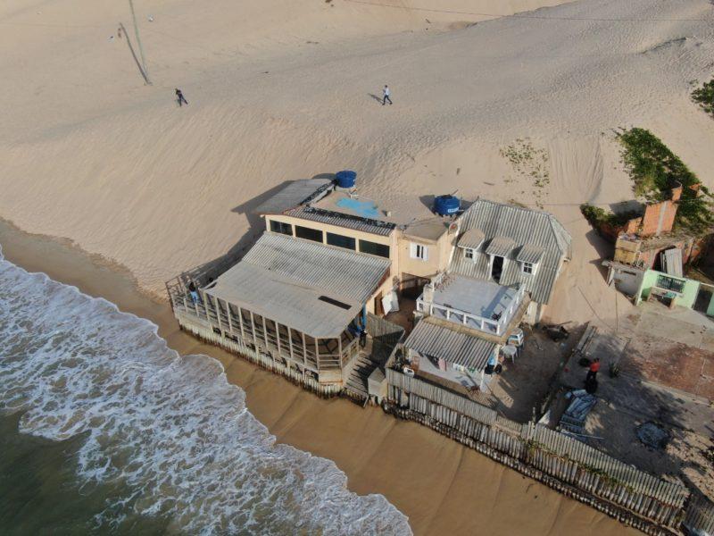 Casas estão sendo tomadas pela areia das dunas da Praia dos Ingleses – Foto: Defesa Civil/PMF/Reprodução/ND