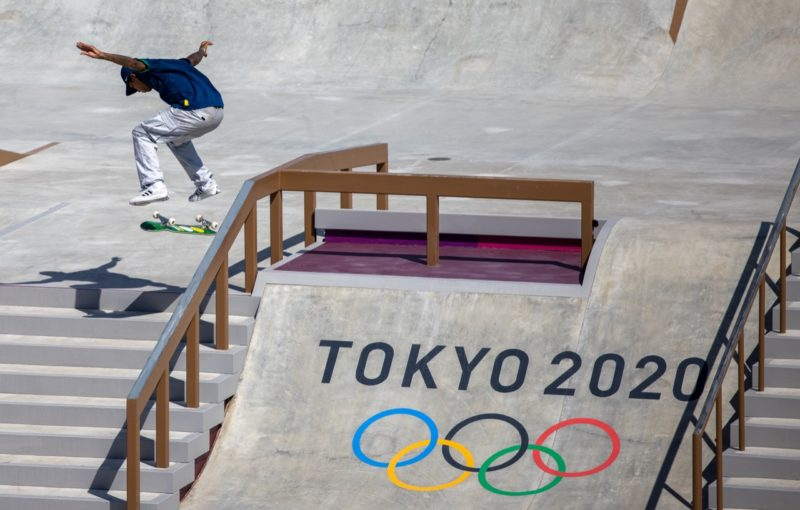 Kelvin Hoefler é o brasileiro que escreve seu nome na história: primeira medalha brasileira dos jogos e a primeira medalha do skate como esporte olímpico – Foto: Jonne Roriz/COB/divulgação