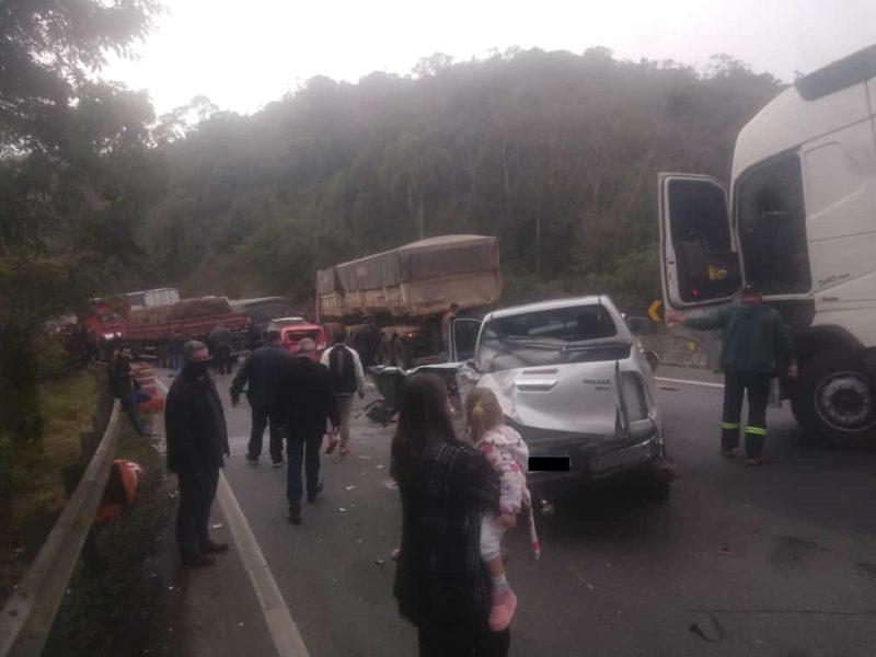 Retenção por causa do acidente com ônibus gerou engavetamento com oito veículos – Foto: Redes sociais