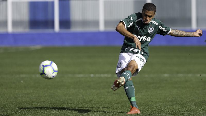 Lucas Esteves atuando com a camisa do Palmeiras nas categorias de base – Foto: Fabio Menotti/Ag. Palmeiras/ND